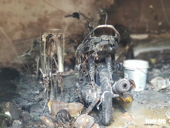 Camera ghi hình người châm lửa đốt nhà trọ làm 3 người chết ở Bình Tân - Ảnh 3.