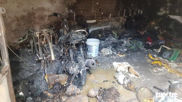 Camera ghi hình người châm lửa đốt nhà trọ làm 3 người chết ở Bình Tân - Ảnh 1.