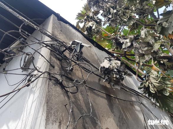 Camera ghi hình người châm lửa đốt nhà trọ làm 3 người chết ở Bình Tân - Ảnh 4.