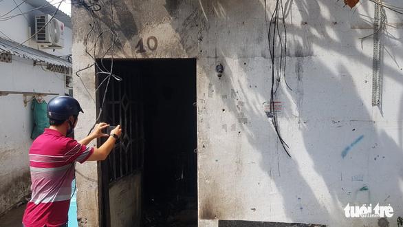 Camera ghi hình người châm lửa đốt nhà trọ làm 3 người chết ở Bình Tân - Ảnh 2.