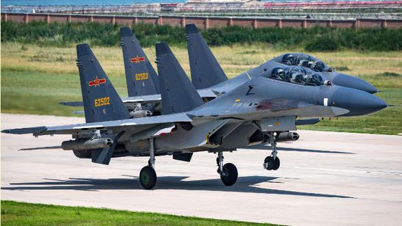 Máy bay quân sự Mỹ bay vào Đài Loan, tiêm kích Trung Quốc xuất kích hàng loạt - Ảnh 2.