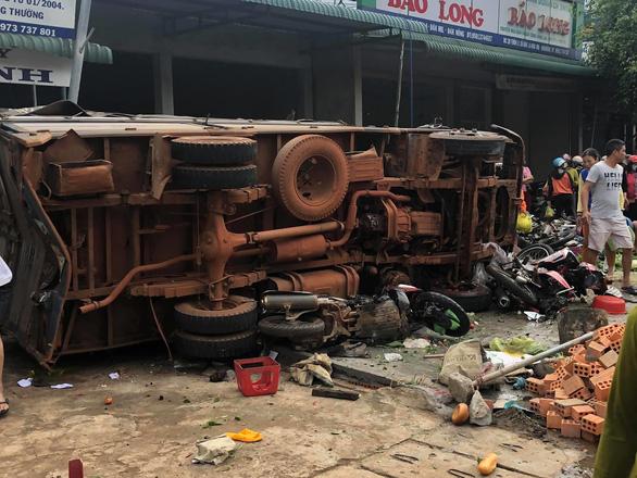 Tai nạn kinh hoàng: xe tải trọng lớn lao thẳng vô chợ, 5 người chết - Ảnh 7.