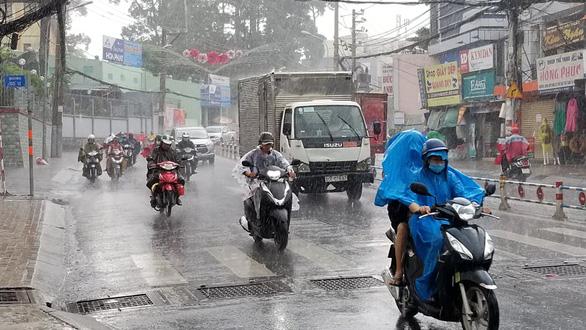 Bão số 1 mạnh lên, cách Hoàng Sa 450km, TP.HCM đã có mưa, gió - Ảnh 1.
