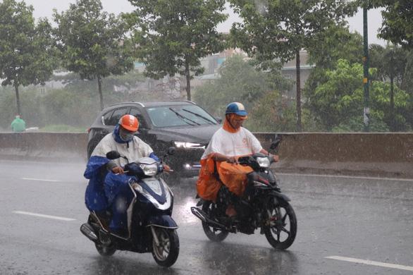 Bão số 1 mạnh lên, cách Hoàng Sa 450km, TP.HCM đã có mưa, gió - Ảnh 4.