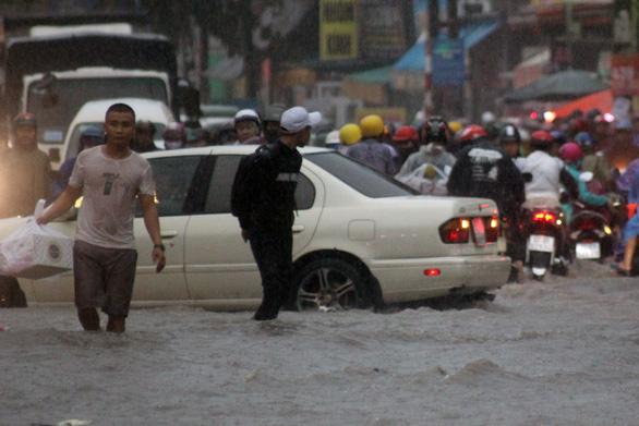Sau trận mưa lớn, 'rốn ngập' Biên Hòa lênh láng như sông - Ảnh 3.