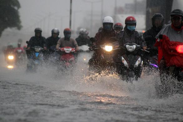 Sau trận mưa lớn, 'rốn ngập' Biên Hòa lênh láng như sông - Ảnh 1.