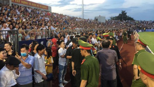 Lãnh đạo Hà Tĩnh xin lỗi về sự cố vỡ sân trận Hồng Lĩnh Hà Tĩnh - Hà Nội - Ảnh 1.