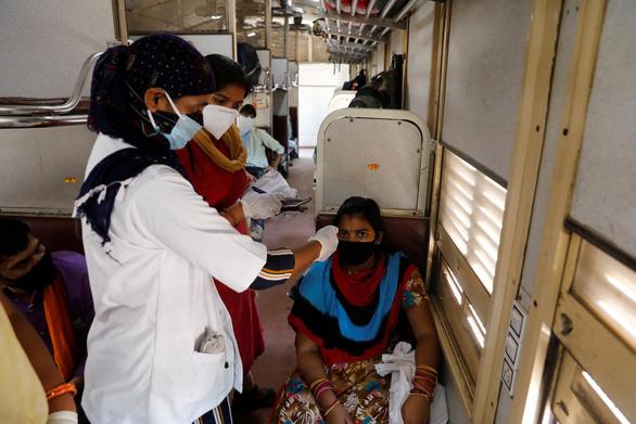 Ấn Độ dùng 500 toa tàu làm bệnh viện dã chiến cho bệnh nhân COVID-19 - Ảnh 1.