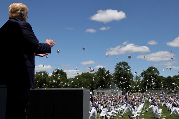 Ông Trump giải thích ra sao về chuyện đi loạng choạng? - Ảnh 1.