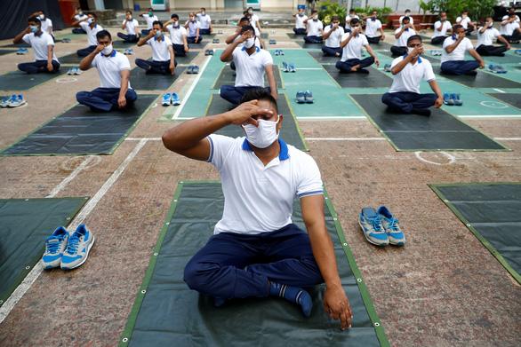 Cảnh sát Bangladesh tập yoga để chống dịch COVID-19 - Ảnh 1.