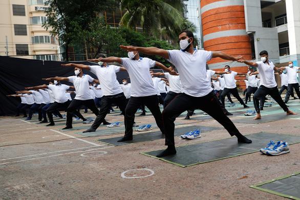Cảnh sát Bangladesh tập yoga để chống dịch COVID-19 - Ảnh 2.