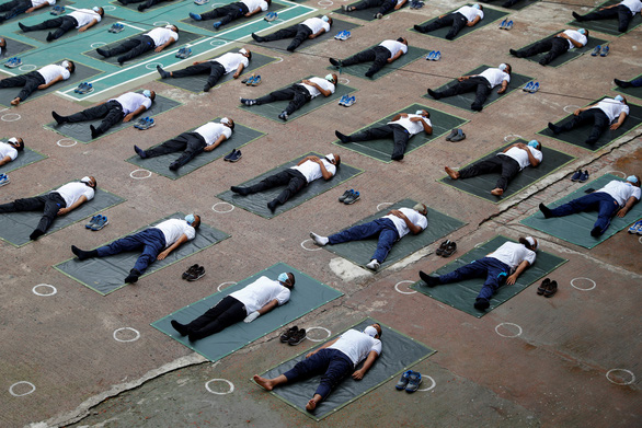 Cảnh sát Bangladesh tập yoga để chống dịch COVID-19 - Ảnh 3.