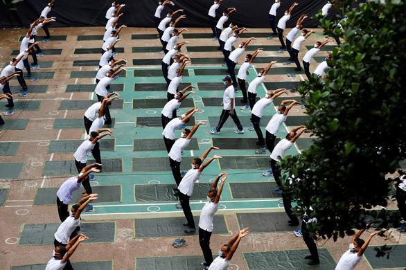Cảnh sát Bangladesh tập yoga để chống dịch COVID-19 - Ảnh 4.