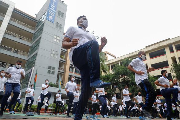 Cảnh sát Bangladesh tập yoga để chống dịch COVID-19 - Ảnh 6.