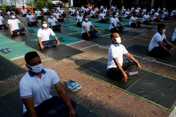 Cảnh sát Bangladesh tập yoga để chống dịch COVID-19 - Ảnh 7.