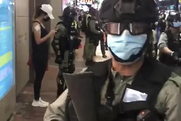 Cảnh sát Hong Kong bị kỷ luật vì mỉa mai người biểu tình - Ảnh 1.
