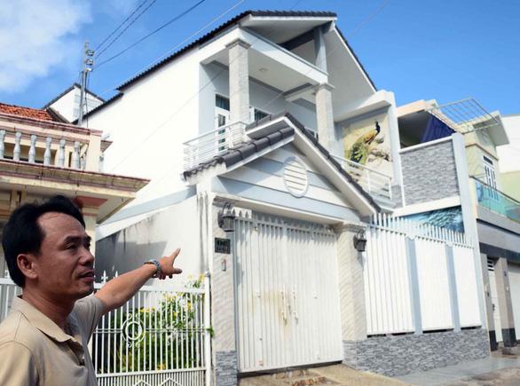 Nhà mua hợp pháp, bỗng một nhóm người phá khóa vô ở tỉnh bơ - Ảnh 1.