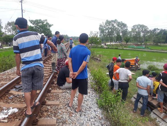 Nằm trên đường ray, một người đàn ông bị tàu hỏa tông chết - Ảnh 1.