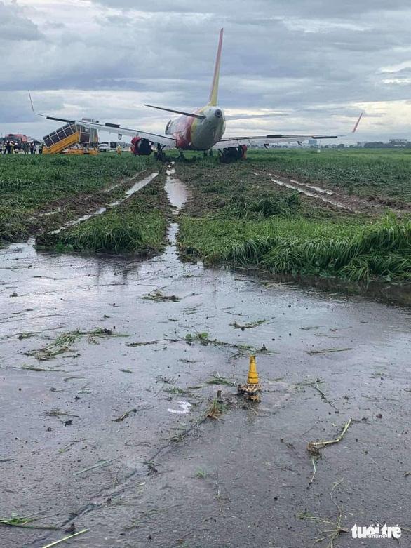 Máy bay hạ cánh trượt khỏi đường băng Tân Sơn Nhất, Vietjet nói do mưa gió lớn - Ảnh 7.