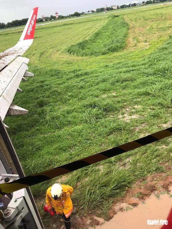 Máy bay hạ cánh trượt khỏi đường băng Tân Sơn Nhất, Vietjet nói do mưa gió lớn - Ảnh 8.