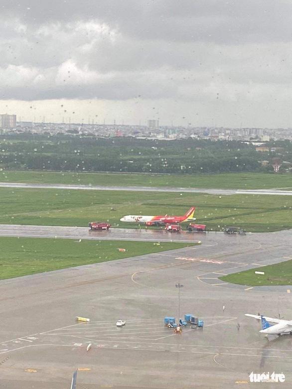 Máy bay hạ cánh trượt khỏi đường băng Tân Sơn Nhất, Vietjet nói do mưa gió lớn - Ảnh 6.