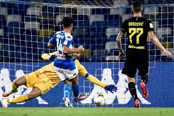 Mertens phá vỡ kỉ lục ghi bàn đưa Napoli vào chung kết gặp Juventus - Ảnh 1.