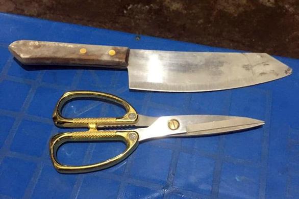 Giải cứu 2 mẹ con bị thanh niên nghi 'ngáo đá' cầm dao, kéo khống chế - Ảnh 2.