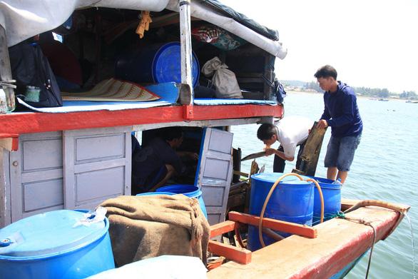 Trung Quốc dùng vũ lực ép thuyền trưởng tàu cá Việt Nam lăn tay, tịch thu hải sản, ngư cụ - Ảnh 1.