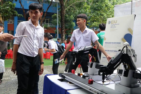 Học sinh thích thú lái xe năng lượng mặt trời, xem in 3D... khi đi nghe tư vấn tuyển sinh - Ảnh 4.