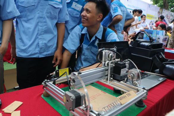 Học sinh thích thú lái xe năng lượng mặt trời, xem in 3D... khi đi nghe tư vấn tuyển sinh - Ảnh 5.