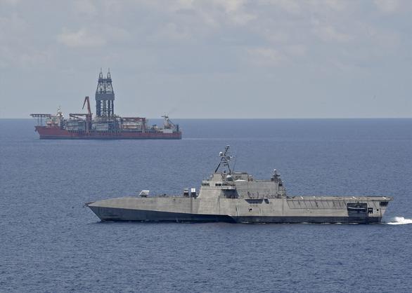 Tàu chiến Mỹ chọc thủng đội hình hộ tống, áp sát tàu Liêu Ninh? - Ảnh 2.