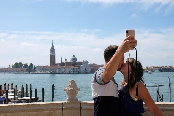 Venice mới mở lại, dân biểu tình chống du lịch đám đông - Ảnh 1.