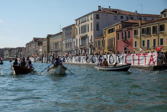 Venice mới mở lại, dân biểu tình chống du lịch đám đông - Ảnh 6.