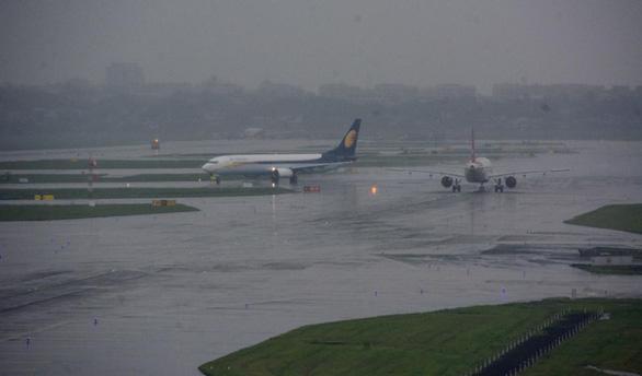 Hoãn, hủy nhiều chuyến bay ngày 2-8 vì ảnh hưởng bão - Ảnh 1.