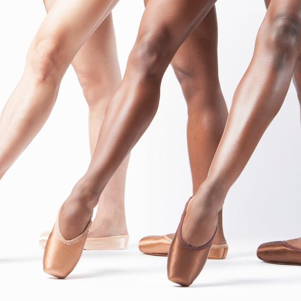 Giày múa ba lê thêm màu sẫm để ủng hộ phong trào chống phân biệt chủng tộc - Ảnh 1.