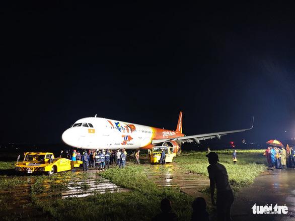 Vì sao cần hơn 18 tiếng giải cứu máy bay Vietjet trượt đường băng? - Ảnh 2.