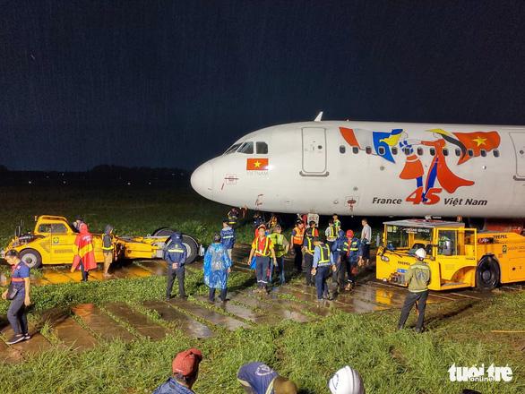 Vì sao cần hơn 18 tiếng giải cứu máy bay Vietjet trượt đường băng? - Ảnh 1.