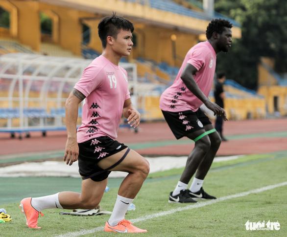 Quang Hải tái phát chấn thương, HLV Chu Đình Nghiêm khen Phan Văn Đức - Ảnh 2.