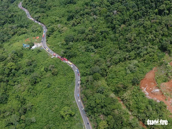 Hai xe khách và 1 xe tải tông nhau, đèo Bảo Lộc kẹt cứng nhiều giờ - Ảnh 3.