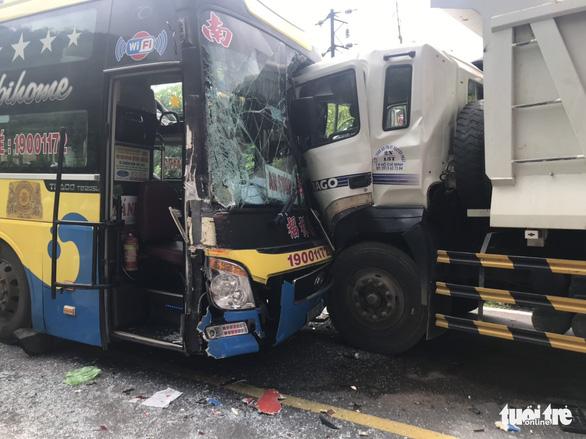 Hai xe khách và 1 xe tải tông nhau, đèo Bảo Lộc kẹt cứng nhiều giờ - Ảnh 2.