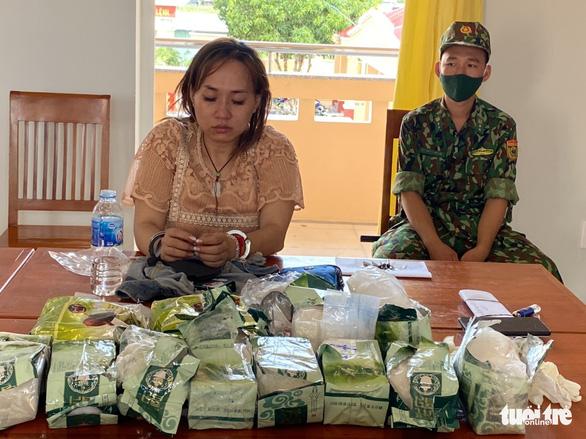 Bắt giữ 3 nghi phạm vận chuyển hơn 30kg nghi ma túy - Ảnh 1.