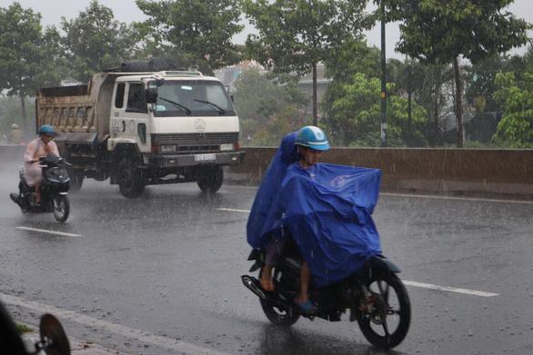 Thời tiết ngày 15-6: Cả nước mưa, có nơi mưa rất lớn kèm thời tiết nguy hiểm - Ảnh 1.