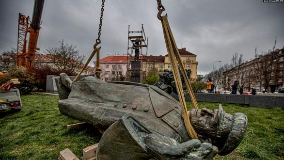 Nga và CH Séc ăn miếng trả miếng vì tin đồn Nga đầu độc chính khách Séc - Ảnh 2.