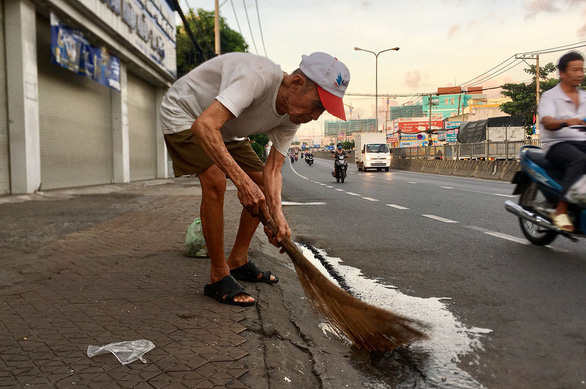 Cụ ông 88 tuổi quét rác làm sạch khu phố - Ảnh 1.