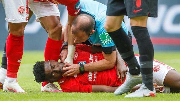 Trọng tài Marco Fritz trở thành người hùng ở Bundesliga vì cứu mạng cầu thủ - Ảnh 1.