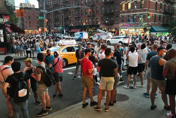 Dân New York chống giãn cách xã hội, chính quyền dọa chậm mở cửa - Ảnh 1.