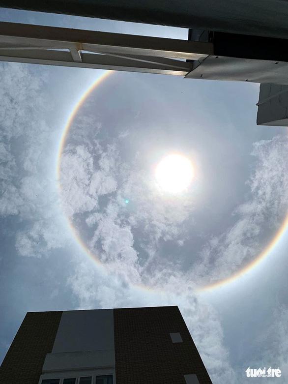 TP.HCM và nhiều tỉnh xuất hiện hào quang mặt trời, kéo dài hơn 1 giờ - Ảnh 2.