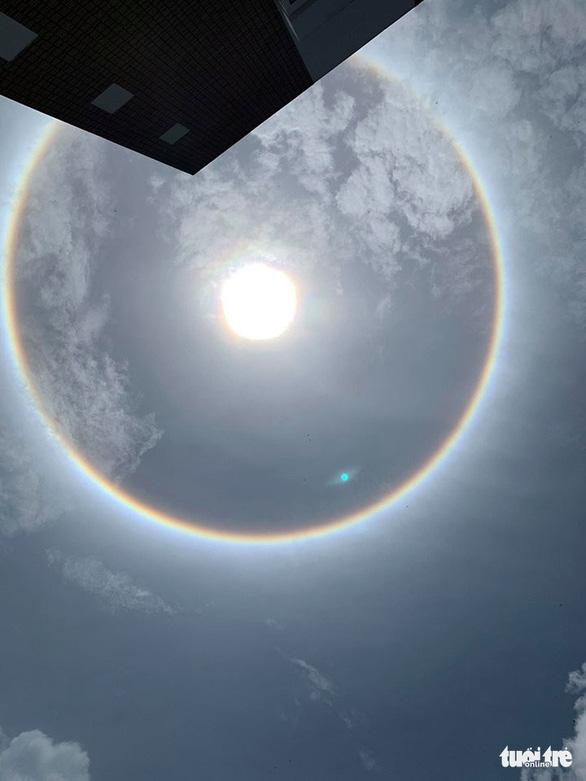TP.HCM và nhiều tỉnh xuất hiện hào quang mặt trời, kéo dài hơn 1 giờ - Ảnh 3.