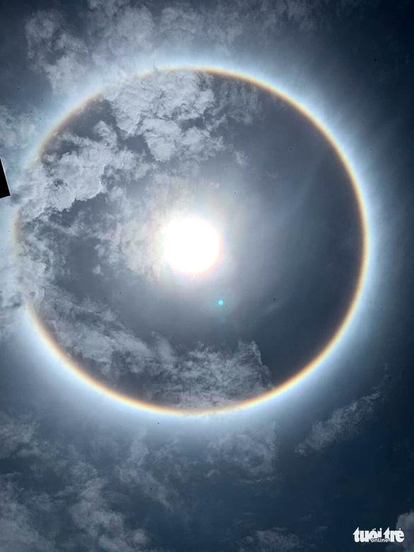 TP.HCM và nhiều tỉnh xuất hiện hào quang mặt trời, kéo dài hơn 1 giờ - Ảnh 4.