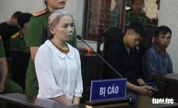 Phúc thẩm vụ nữ sinh giao gà, nữ bị cáo tóc bỗng bạc trắng sau vài tháng - Ảnh 2.